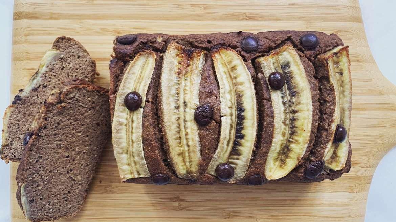 Banana bread de avelã e alfarroba