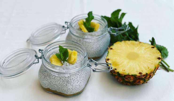 Pudim de chia com puré de abacaxi, hortelã e maca